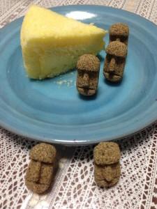 チーズケーキと鳥取土産(砂丘の砂で作られたモアイ像)