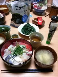 海鮮丼・みそ汁・ほうれん草の胡麻和え