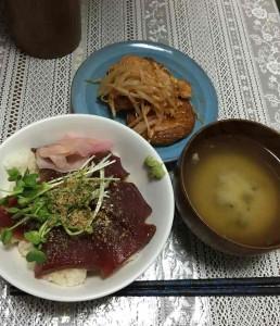 鮪の漬け丼、さつま揚げのキムチ炒め、シジミのみそ汁