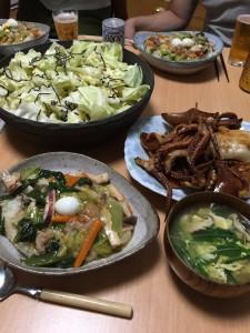本日のメニュー 海鮮中華丼 富山のイカ 園でとれたキャベツと塩昆布のサラダ 水菜と卵のスープ