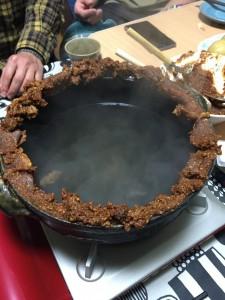 鍋の周辺に合わせた味噌を塗り、