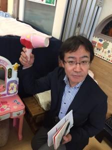 紙コップでドライヤー。写っているのは、我らが誇る新宿せいが保育園副園長、中山先生ですね。