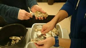 この牡蠣は、遅番だった加藤以外の塾生が協力して剥いてくれたものです。