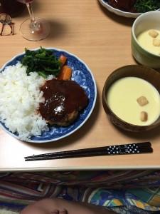 塾長(藤森先生)の奥様が前日より仕込みをしていただきました特製ハンバーグ!(奥様、本当にありがとうございます。) それにコーンスープを人参のグラッセ、ほうれん草のバターソテーです♪