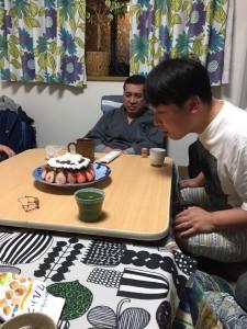 ケーキに感動している森口先生。これから、どうぞよろしくです!