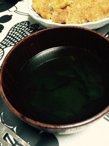 スープは、わかめスープです。