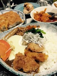 藤森先生からいただいた金沢〝チャンピオンカレー〟の上に各々好きなトッピングをして、いただきました。その美味しさたるや!