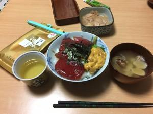塾長が作ってくれたマグロの漬けと長崎のウニの贅沢丼