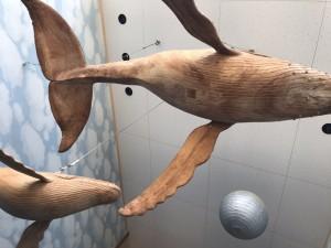 天井には何ともインパクト大なクジラが!