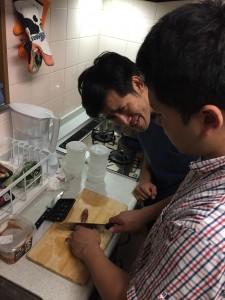 丼に使うミョウガですね。西村先生が小気味良い音を響かせます。