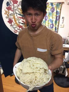 田崎先生は大量のうどんをボールへ。