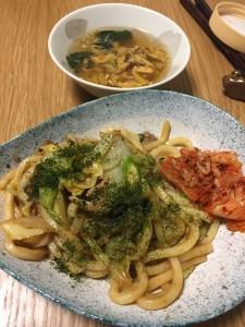 春野菜のキャベツ、玉ねぎを使った焼うどんと即席スープです。