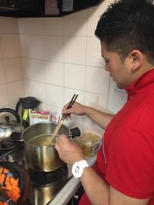 西村先生は味噌をときます。