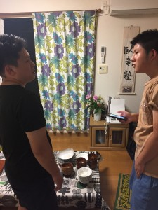 森口先生と田崎先生は食器の準備と打ち合わせ。