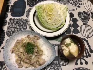 塩豚丼、春キャベツ(ギリギリ春ということで)、揚げとワカメの味噌汁 松屋をイメージしています…
