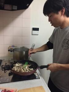 キノコを炒める横田先生
