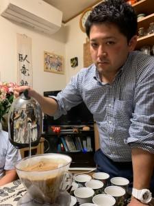 コーヒーを入れてくださる西村先生