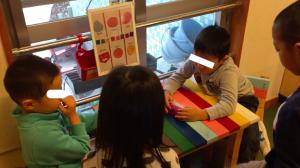 当事者が座っている二人(左の子以下左くん、右の子以下右くん)
